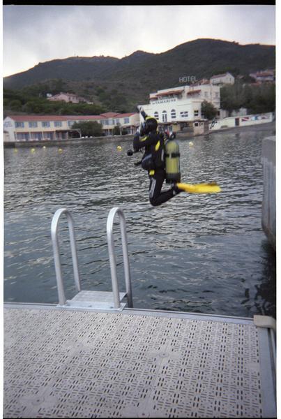 Vue de la mise à l'eau d'un plongeur (fouille M. Guyon).