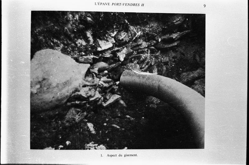 Vue sous-marine de la suceuse à eau dégageant les amphores (fouille D. Colls)
