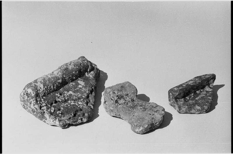 Vue de trois fragments de tuile plate (fouille L. Long/Drassm).