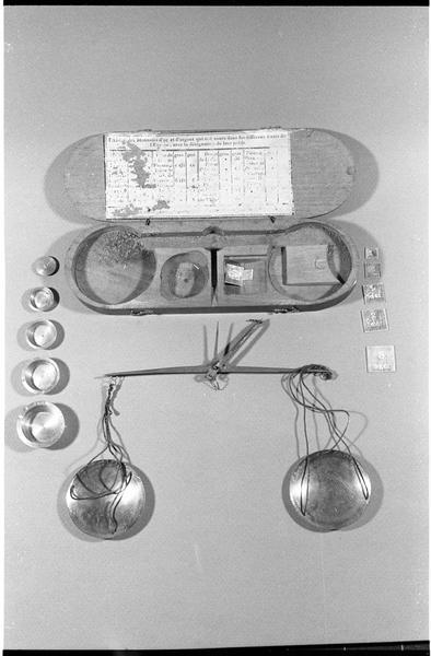 Vue du coffret de bois, du trébuchet et de ses pesons (fouille L. Long/Drassm).