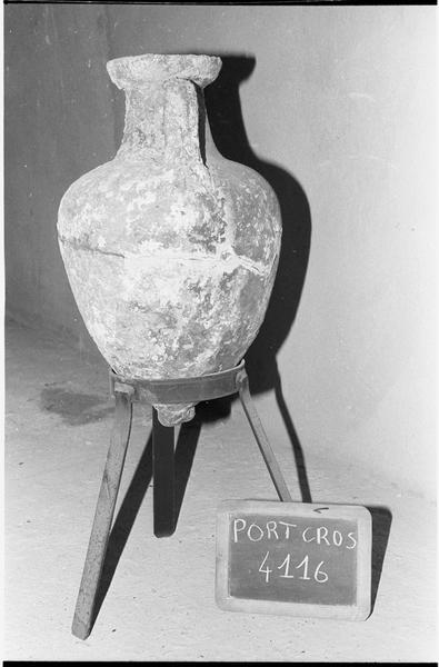 Vue du profil d'une amphore massaliète en dépôt à Port Cros.