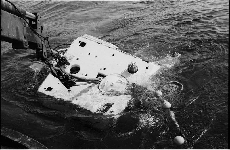 Vue de la mise à l'eau du sous-marin Nérée (fouille L. Long/Drassm).