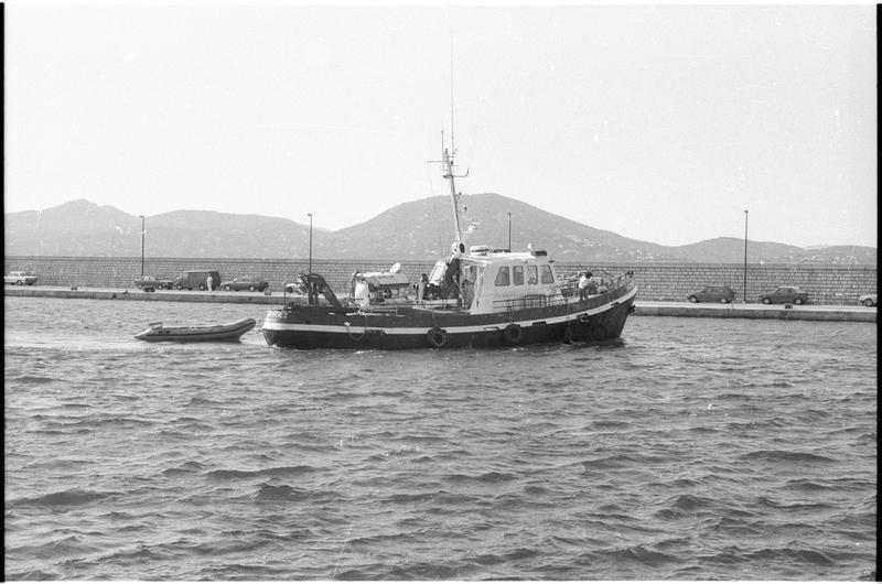Vue du bateau de fouille (fouille L. Long/Drassm).