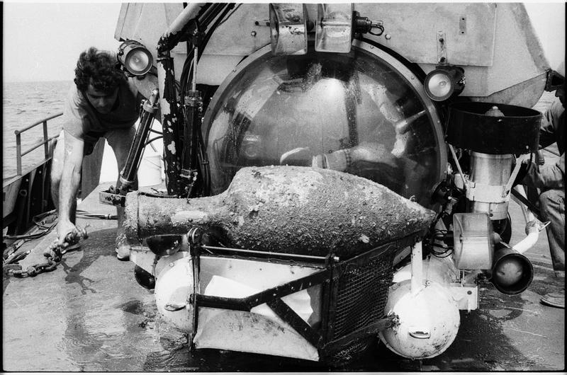Vue d'une amphore dans le panier du sous-marin Nérée (fouille L. Long/Drassm).