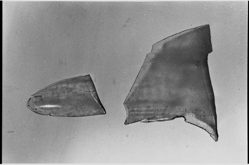 Vue de deux fragments de verre (fouille L. Long/Drassm).