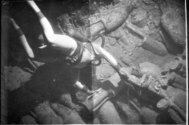Vue sous-marine de détail d'un plongeur et des amphores (fouille A. Tchernia).