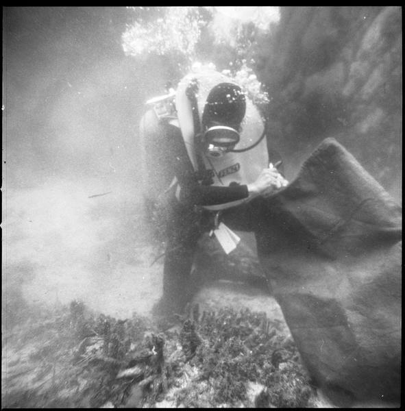 Vue sous-marine d'un plongeur et d'un ballon de levage (fouille L. Long/Drassm).