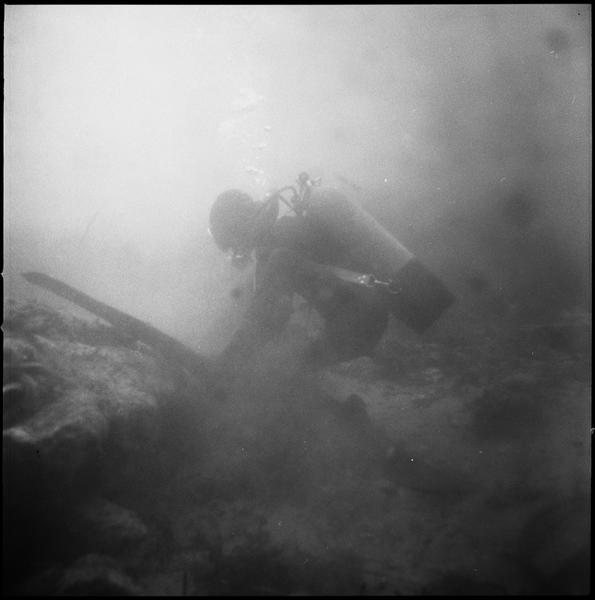 Vue sous-marine d'un plongeur installant un ballon de levage (fouille L. Long/Drassm).