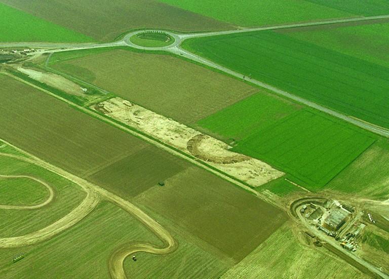 Les fouilles archéologiques ont permis d'étudier un ensemble de vestiges : enclos circulaire du Bronze ancien/moyen, sépulture de La Tène A, nécropole à incinération de La Tène C1 à La Tène D1, réseau de fossés rectilignes protohistoriques et des Ier et IIIe siècles après J.-C., plusieurs fosses et un four de potier du Ier siècle après J.-C.