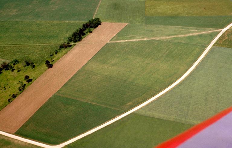 Grande structure carrée et terrassements paraissant romains, pouvant être en relation avec les retranchements proches d'Erondelle.