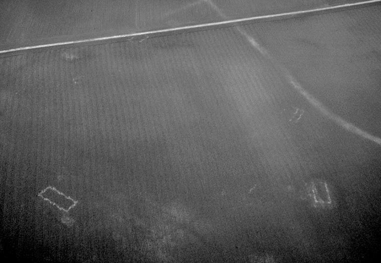 """Grande villa à longue cour rectangulaire de 260 x 150 m. Elle comprend un bâtiment principal rectangulaire et plusieurs petits bâtiments annexes rectangulaires disposés en périphérie. Un chemin (""""Voie de la Gorgue"""") matérialisé par un tracé blanchâtre qui longeait le bâtiment principal, a été supprimé lors du remembrement. Au sol, tuiles, blocs de grès et moellons. Occupation : début Ier au IIIe s."""