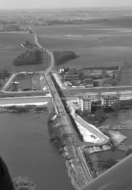 Voie amiens-Vermand. Elle traverse le village d'ouest en est sur une longueur de 2550 m. A son point de franchissement de la rivière, on aurait retrouvé les fondations d'un pont qui, vu la grande largeur du fleuve, était une oeuvre considérable. La chaussée actuelle du Pont-les-Brie ne se trouve pas sur la voie romaine, mais à quelques mètres en aval.