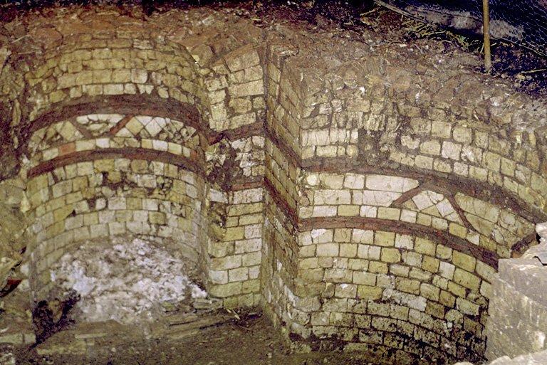 """A mi-hauteur de la cave, deux chaînages composés de deux rangées de carreaux en argile cuite posés à plat, sont séparés par trois rangées de moellons mais aussi, ce qui en fait l'originalité, des briques posées obliquement pour former des """"V"""" droits ou renversés."""
