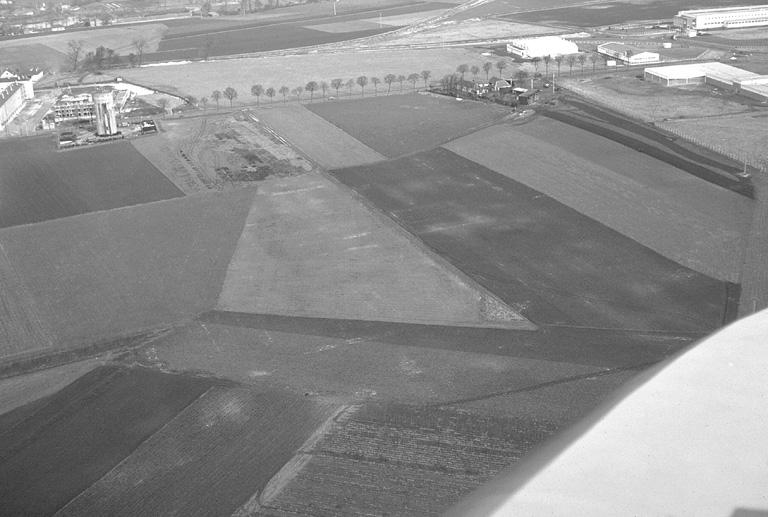 Vastes substructions confuses. Les prospections ont livré quelques tessons gallo-romains. Ce site éventuel a été détruit par la construction d'une usine dans les années 1980.