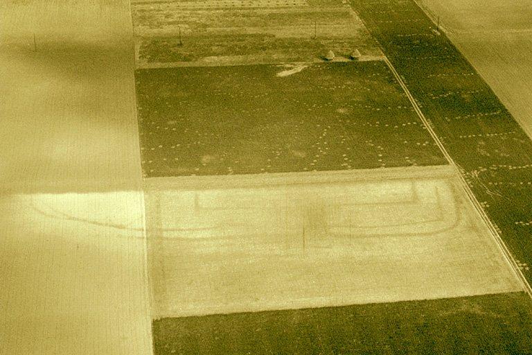 Ferme indigène constituée d'un grand enclos subrectiligne inscrit dans un enclos plus vaste, visible seulement sur le versant crayeux, immédiatement sous un ancien rideau.