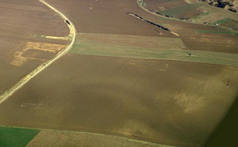 A l'emplacement d'enclos quadrangulaires et de substructions indéterminées détectées par photographie aérienne, les prospections ont livré une forte densité de fragments de tuiles à crochet, de nombreux Occupation : XIIIe-XVIe s.