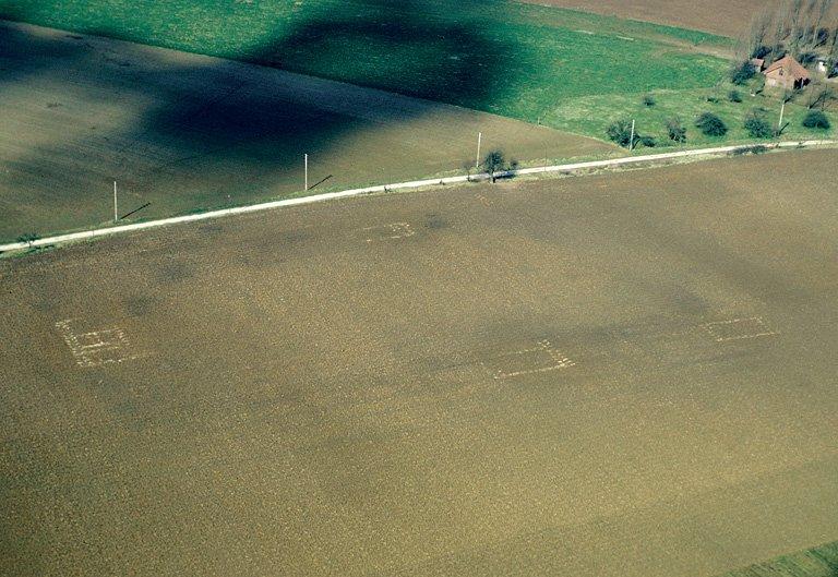 Dans une boucle de la Somme, grande villa à cour rectangulaire orientée au nord-est.