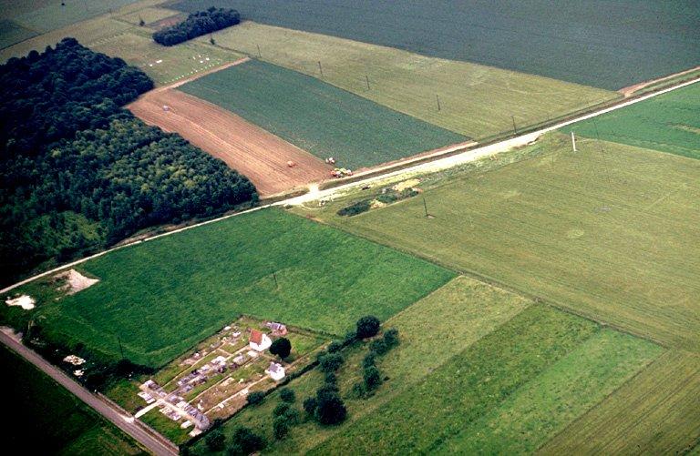 Tradition de village disparu autour de ce cimetière isolé, traces de terrassements médiévaux.