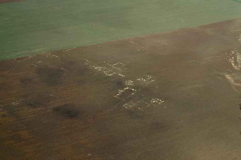 Très important ensemble de substructions gallo-romaines confuses. Au sol, tuiles. Occupation : début Ier-IVe s.