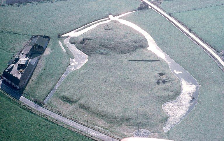 Motte féodale ronde, de plus de 6 m de hauteur, et sa basse-cour. Cette dernière, mal délimitée vers le nord, est amputée par des maisons. L'ensemble est protégé par de très larges fossés. C'était l'emplacement du château-fort des seigneurs de Cayeux qui fut démantelé en 1475. Le reste du donjon, au siècle dernier, servait d'habitation au meunier d'un moulin élevé avec des débris du château. En 1942, les troupes d'occupation rasèrent ce qui restait de cette tour, créèrent des abris souterrains sous la motte et installèrent à son sommet, au sud-est des fondations de la tour, une pièce d'artillerie dans un épaulement circulaire.