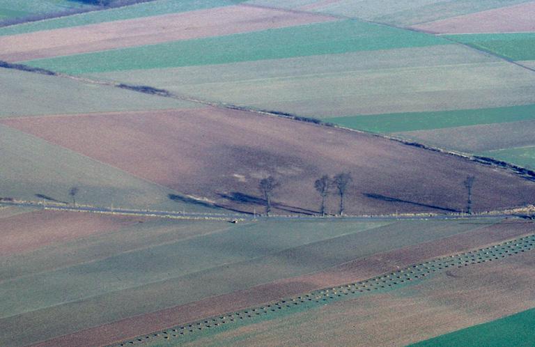 Villa gallo-romaine matérialisée par une aire sombre et des bâtiments à fondations de craie.