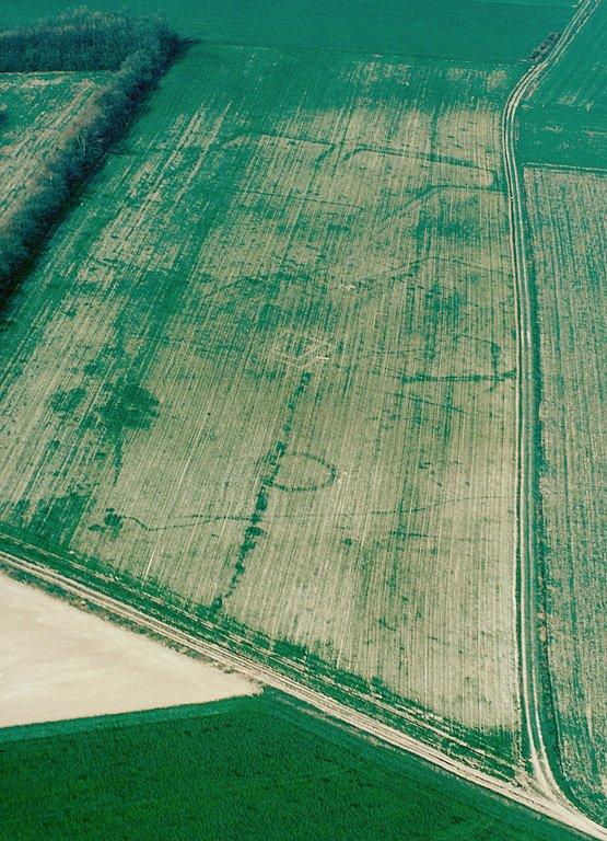 Fermes indigènes constituées par plusieurs ensembles de fossés emboîtés qui semblent liés à de très nombreuses fosses et trous de poteaux. Un fanum gallo-romain possède une ouverture orientée de façon inhabituelle au nord-ouest. Aucun autre bâtiment sur fondation de craie n'est visible. Occupation : Ier-IIIe s.