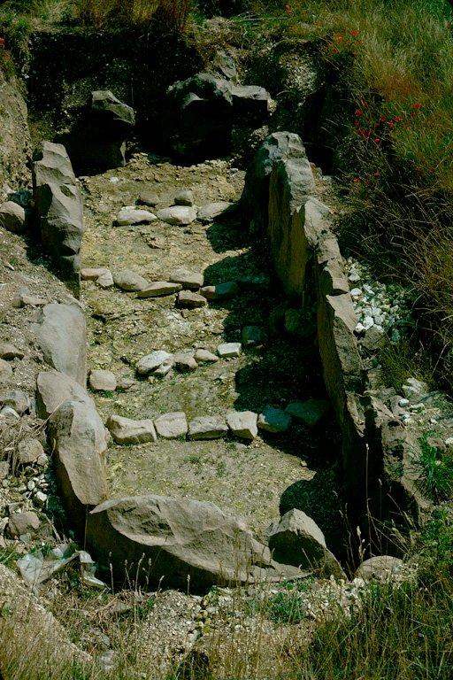 Allée couverte entièrement souterraine du Néolithique final (Seine-Oise-Marne), orientée sud-ouest/nord-est avec entrée au nord-est. Elle était constituée d'un double alignement d'orthostats verticaux en grès landénien, dont chacune pouvait peser de une à quatre tonnes. A l'origine, ils n'étaient pas enterrés mais reposaient en équilibre sur des blocs de grès. Le monument, qui. mesure 11 x 3 x 1,70 m, était divisé en deux parties inégales (la chambre funéraire proprement dite, est longue de 9 x 3 m) par deux orthostats perpendiculaires à la direction des autres, constituant une entrée qui devait certainement être obturée comme semble l'indiquer la trace d'une feuillure. Une entrée secondaire commençait à gauche de l'antichambre et permettait de descendre dans la chambre sépulcrale, sans passer par l'entrée monumentale.