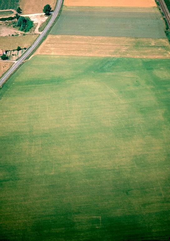 Ensemble de structures qui peut être interprété comme un groupe de dépendances appartenant à la villa 02 AH. Les fouilles ont mis en évidence, sur plus de 2 ha, des enclos et quelques 350 trous et calages de poteaux dégagés (greniers, granges). Le tiers sud-est de la parcelle est traversé diagonalement par une anomalie linéaire rectiligne large d'une dizaine de mètres. Elle apparaît tantôt en sombre, tantôt sous la forme d'une tache claire. Il pourrait s'agir d'un chemin empierré, qui viendrait de la proche voie romaine Amiens-Eu. Occupation : début 1er-Ive s.