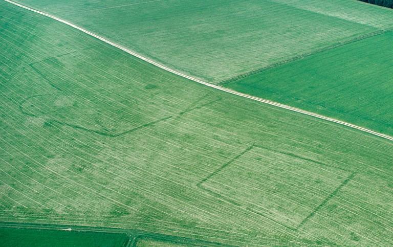 D'autres fossés comblés longs et étroits sont certainement en relation avec ces deux structures. Au nord-ouest, des substructions gallo-romaines ont été repérées.
