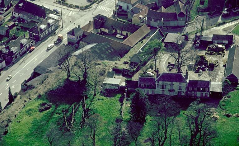 Deux mottes médiévales situées à 30 m d'écart. Les textes nous apprennent que vers 1107, un château possédé par Ferry de Picquigny, fut abattu. Un château fut également démoli en 1357.