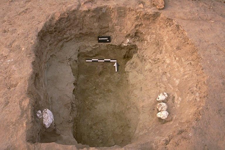 Structure 2060. Cette fosse est profonde de 1 m environ à l'endroit d'un surcreusement qui pouvait être appareillé à l'origine. Elle est comblée avec de l'argile grise et du sable, contenant des fragments de tuiles.