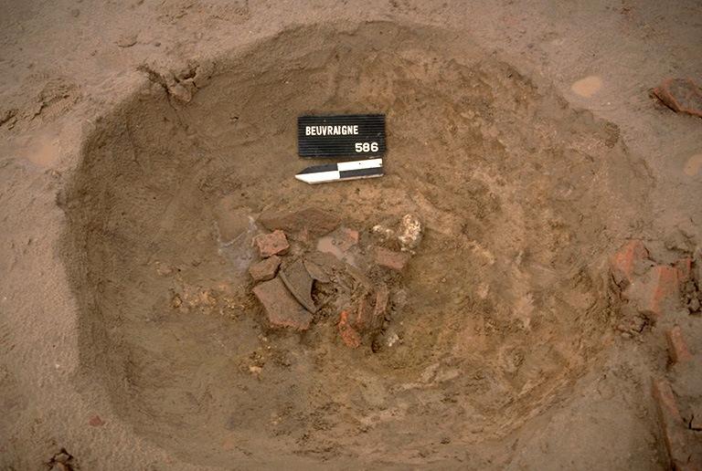 Structure 4023. Cette fosse, profonde de 0,32 m, présente dans sa partie centrale un blocage de fragments de tuiles, destiné à caler l'axe du tour.