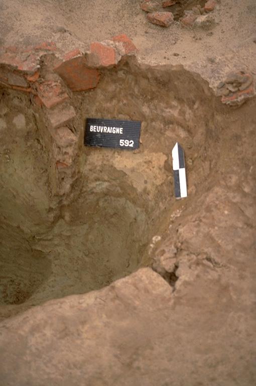 Structure 4024. Cette fosse recoupée par la fosse précédente, est profonde de 0,45 m. Elle présente également un rétrécissement dans son tiers inférieur.