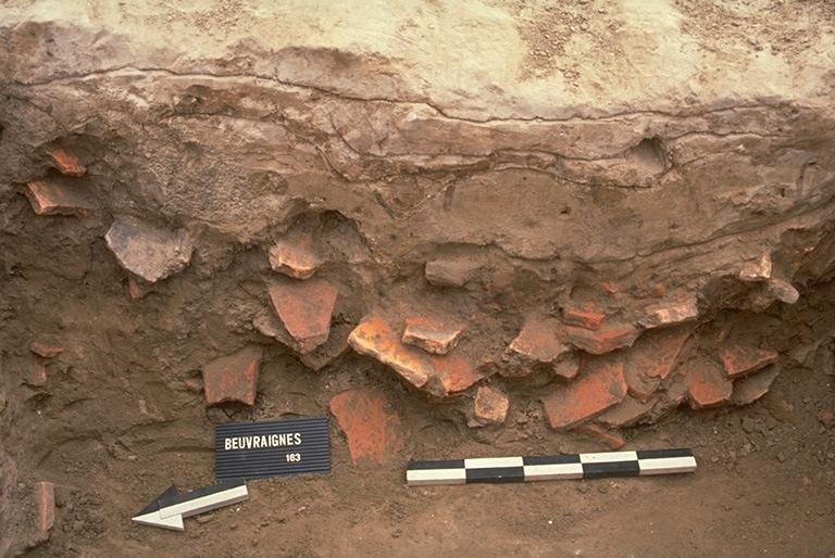 Structure 0047. Le comblement contient de nombreux fragments de tuiles.