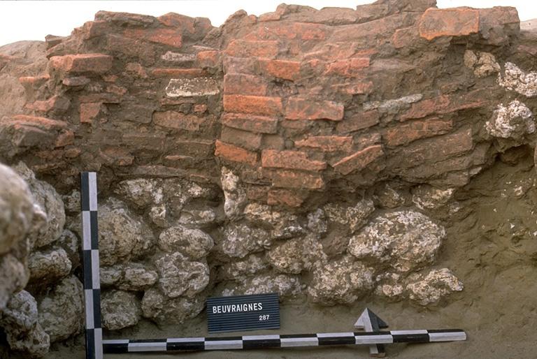 Structure 2031. Cette paroi est constituée par un parement de 3 assises de moellons en calcaire local surmontées de 11 lits de tuiles taillées. Il présente sur toute la hauteur une rupture, indice d'une planche ou poutre verticale.