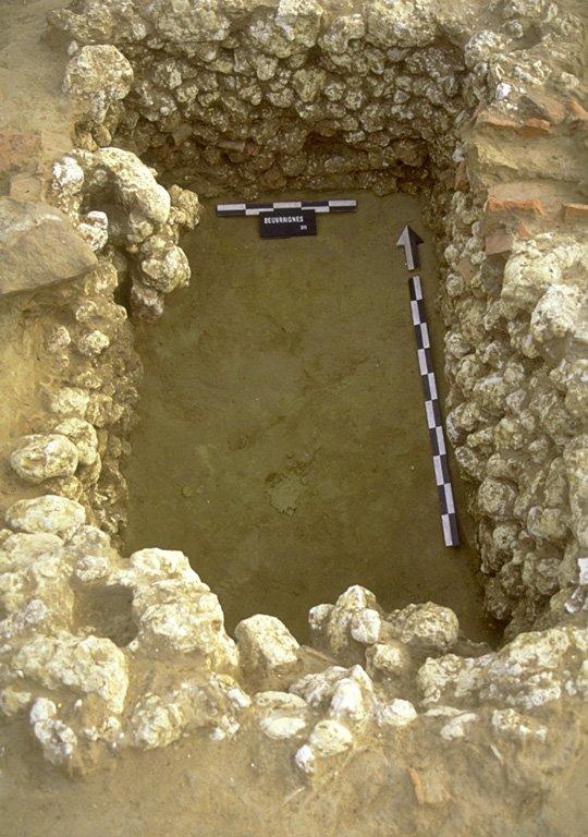 Structure 1038. Cette petite cave rectangulaire, est profonde au maximum de 0,80 m. Ses parois sont constituées de blocs de calcaire local, avec quelques tuiles et blocs de grès.