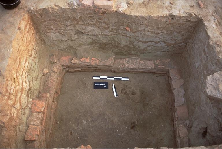 Structure 1092. De cette fosse aménagée, profonde de 1 m, il subsiste quelques assises de tuiles. L'angle sud-ouest est recoupé par une fosse postérieure.