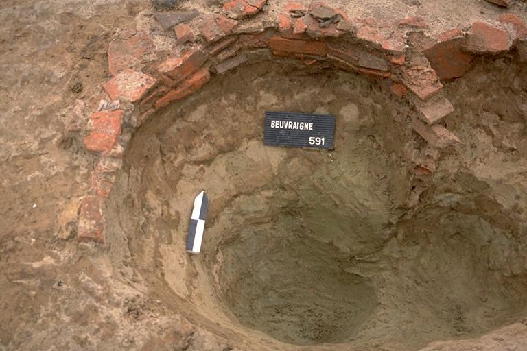 Structure 4079. La partie supérieure de cette fosse profonde de 0,70 m est confortée par 3 assises de fragments de tuiles. Elle montre un rétrécissement dans son tiers inférieur, peut-être lié à l'emplacement de l'axe du tour.