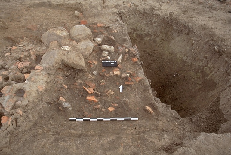 Structure 2088. Ce puits, pour des raisons de sécurité, n'a été fouillé que sur 2,60 m de profondeur. Sa partie supérieure, qui s'est effondrée, forme un cône renversé de 4,50 m de diamètre sur 1,60 m de profondeur. Le puits lui-même a un diamètre de 1,10 m.