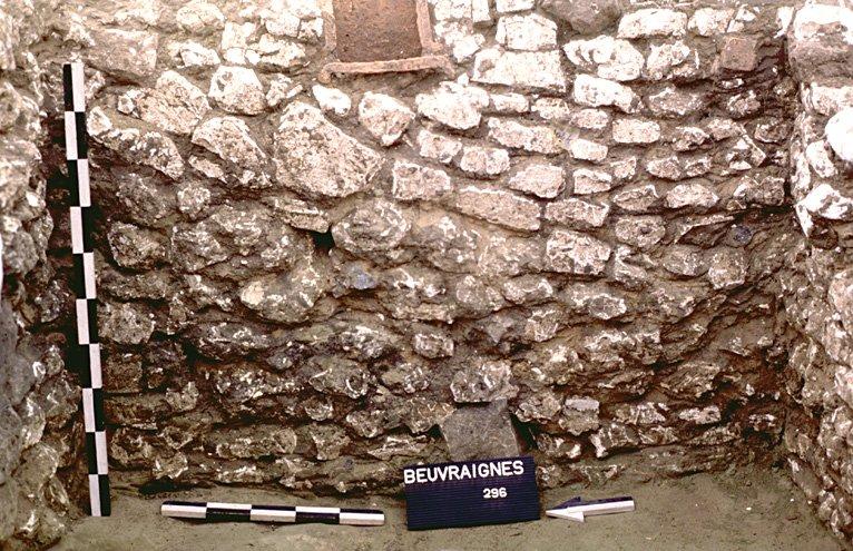 Structure 1061. Le parement est constitué d'assises régulières de moellons de craie jusqu'à mi-hauteur. Il accuse, dans la moitié supérieure, un pendage descendant vers le sud, dû à l'utilisation de moellons plus gros.