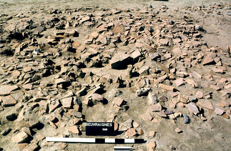 Structure 2119. La cave, ainsi que ses abords sont scellés par un épandage de tuiles provenant de la toiture.