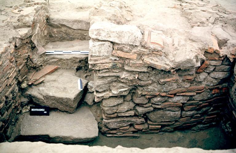 """Structure 2119. L'escalier est constitué de quatre marches formées de dalles de grès. La """"cage d'escalier"""" est aménagée avec une élévation de tuiles et de grès."""