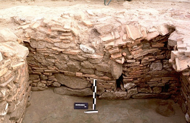 Structure 2119. Une niche contruite avec des tuiles est aménagée dans cette paroi. Elle est accompagnée d'un petit soupirail dont la base est constituée d'un fragment de meule.