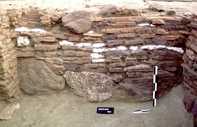 Structure 4022. Cette paroi repose sur une fondation de trois gros blocs de grès. Elle comprend quelques moellons de craie. Un petit soupirail en tuiles est aménagé dans l'angle nord.