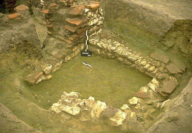 Structure 4063. De cette cave, profonde de 1 m, il ne subsiste que les deux assises inférieures de l'appareillage, constituées sur de blocs de craie grossièrement équarris et de quelques silex. Elles sont fondées sur des blocs de craie, de grès ou de tuiles. L'escalier, complètement récupéré, se situe à l'intérieur de la cave et prend naissance dans l'angle nord-ouest. Le sol est constitué d'un petit niveau de craie pilée. Cette cave a été démontée volontairement pour laisser place à une cave postérieure.