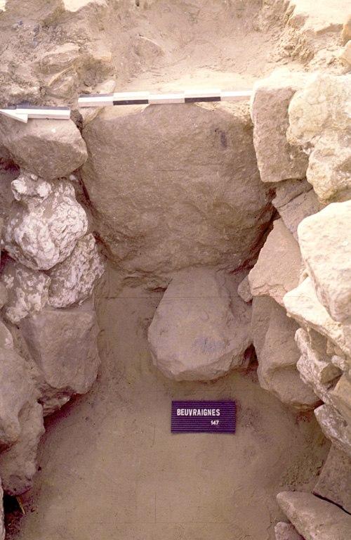"""Four 2. La paroi est de la chaufferie est constituée d'un unique bloc de grès. Un autre bloc de grès, posé à plat, servait de """"marchepied"""" pour accéder à l'intérieur de la chaufferie."""