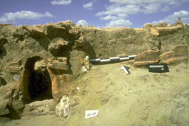 Four 5. L'alandier, haut de 0,47 m a conservé sa voûte qui repose sur 3 assises de tuiles. Il est construit en tuiles, tapissé intérieurement par un enduit d'argile. Le gueulard est renforcé avec un lutage d'argile épais de quelques cm.