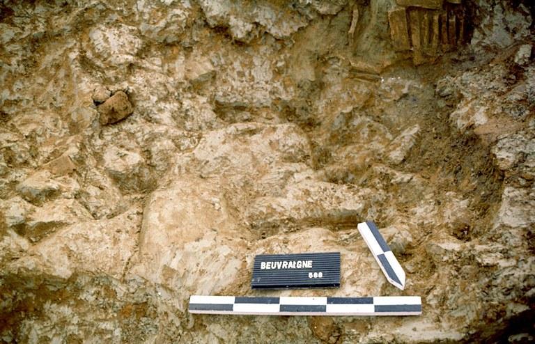 Four 12. Parmi les couches constituant le comblement de la chaufferie, on remarque un rejet de tuiles crues ayant formé un magma où l'on peut cependant distinguer la forme de quelques tuiles et imbrices.
