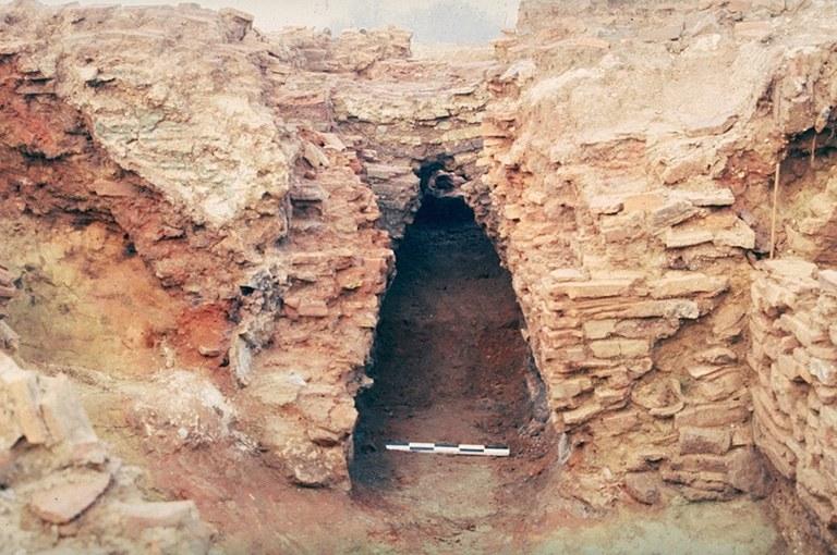 Four 12. La façade de l'alandier est constituée de deux parois parementées en tuiles, L'alandier est délimité par deux parois de tuiles enduites d'argile, épaisses de 0,40 m. Sa hauteur maximum conservée est de 1,80 m. Son sol de chauffe, surcreusé par rapport au sol de la chaufferie, repose sur deux niveaux de sable fin rubéfié. Aucun arc de voûte n'a subsisté.