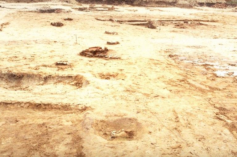 Structure 4141. Alignements de bases de poteaux en craie.